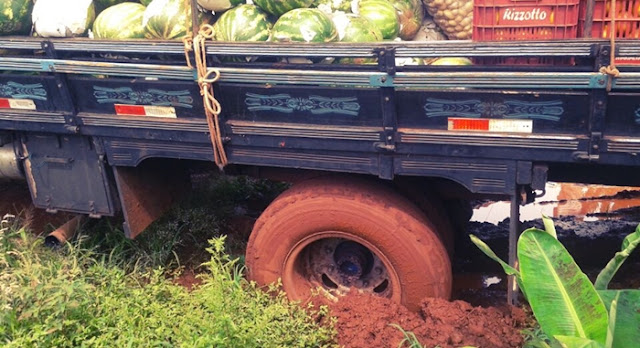 Nova Cantu: Caminhão fica atolado em rua de Nova Cantu