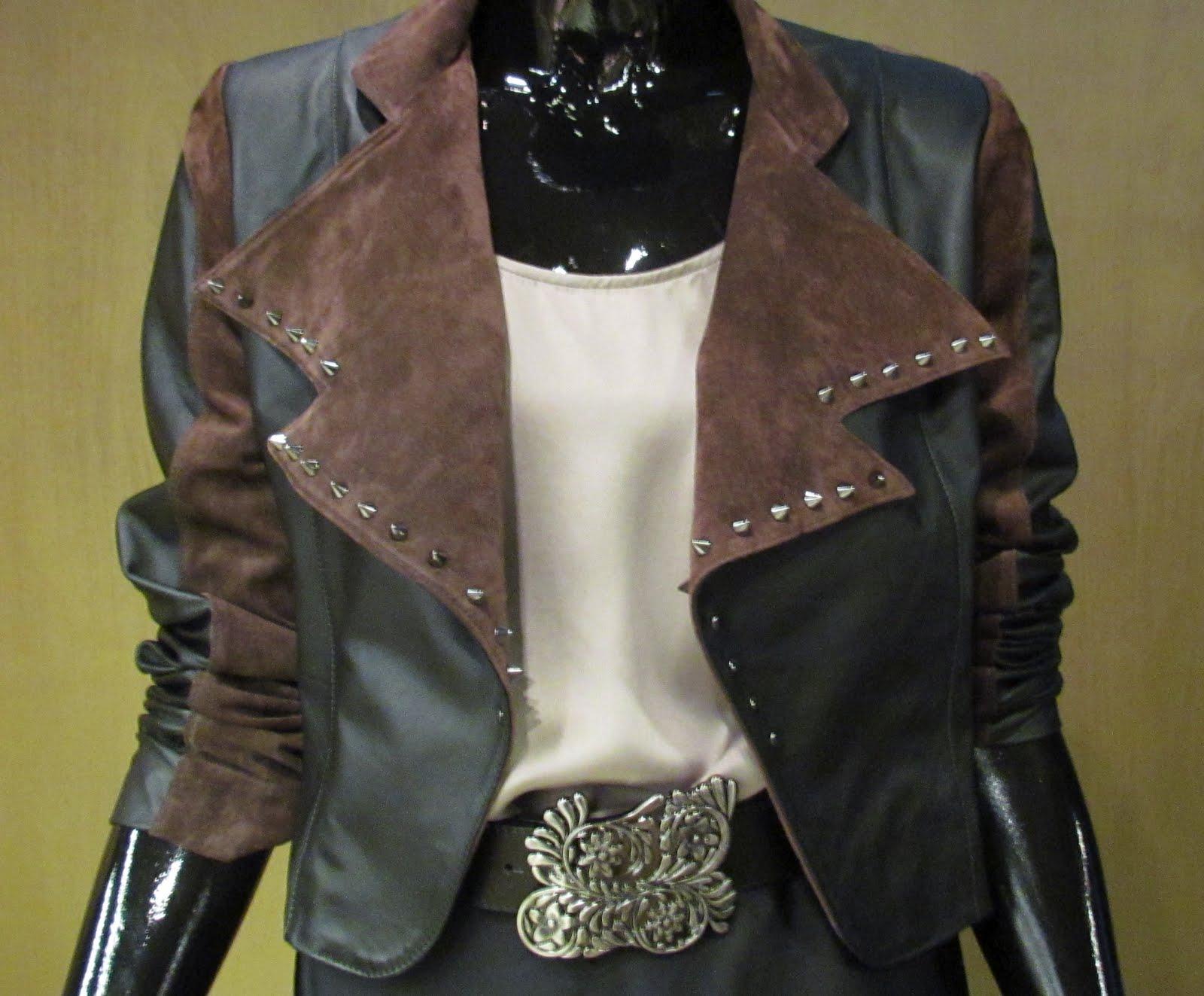 ... cinto Just Cavalli e sapato de veludo preto TMLS. Detalhe da jaqueta  bicolor preta e marrom Lilly Sarti c077b26d38