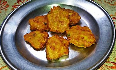 fritters recipe, onion fritters, zucchini fritters, pakoda recipe, pakora recipe by www.thehoggerz.com