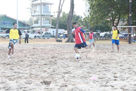bola sepak pantai di pantai puteri melaka