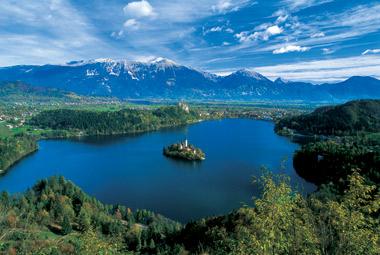 Tras visitar Liubliana, puedes poner rumbo a Bled, a menos de 55km de la capital