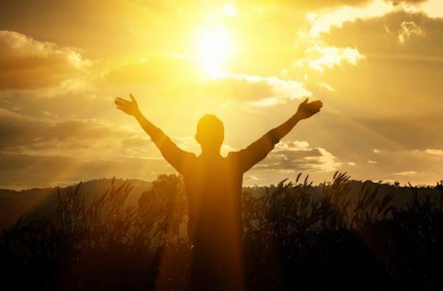 TIPS KESEHATAN ALAMI - Mungkin sudah banyak yang tau jika sinar matahari pagi banyak mengandung Vitamin D. Sedangkan untuk tanaman, cahaya matahari dimanfaatkan untuk berfotosintesis dan menciptakan makanannya. Tanpa cahaya matahari, takkan ada kehidupan di bumi. Nah berikut ini adalah beberapa manfaat sinar matahari untuk kesehatan dan juga penyembuhan penyakit.    Manfaat Sinar Matahari Untuk Kesehatan   Untuk Kekebalan Saat kulit kita terkena sinar matahari, maka terjadilah penambahan sel darah putih, terutama limfosit, yang digunakan untuk menyerang penyakit. Secara tidak langsung antibodi pun akan ikut meningkat. Kondisi ini akan bertahan sampai dengan 3 minggu. Menurut sebuah penelitian, 10 menit berada dibawah sinar matahari satu-dua kali seminggu dapat mengurangi resiko terkena flu sampai 30-40%.  Mengandung Vitamin D Pada saat sinar ultraviolet disaring oleh kulit, sinar tersebut akan merubah timbunan kolesterol dikulit menjadi vitamin D. Menerima paparan sinar matahari selama 5 menit saja sama dengan menjadikan 400 unit vitamin D pada tubuh Anda.  Mengurangi Gula Darah Sinar matahari dapat dikatakan sebagai insulin alami yang menjadikan fasilitas absorpsi glukosa masuk ke dalam sel-sel tubuh. Hal ini yang akan merangsang tubuh untuk mengubah gula darah menjadi glycogen, yang kemudian disimpan dihati dan juga otot. Proses inilah yang menjadikan kadar gula darah pada tubuh menjadi turun.  Meredam Kolesterol Darah Proses ini merupakan kelanjutan dari proses diatas. Setelah kolesterol dibawah kulit dirubah menjadi vitamin D, maka otak dan badan akan menunjukkan sinyal kepada kolesterol yang ada dalam darah untuk keluar dari darah menuju ke kulit. Dari proses inilah kadar kolesterol dalam darah dapat dikontrol dengan baik.  Meningkatkan Kesehatan Pernafasan Peningkatan kapasitas darah untuk membawa oksigen dan menyalurkannya ke jaringan-jaringan yaitu salah satu manfaat dari sinar matahari. Selain itu, sinar matahari juga bisa meningkatkan kesehatan pernafasan,