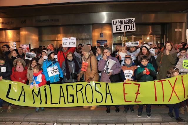 Protesta de familias y trabajadores del colegio La Milagrosa ante el Gobierno Vasco