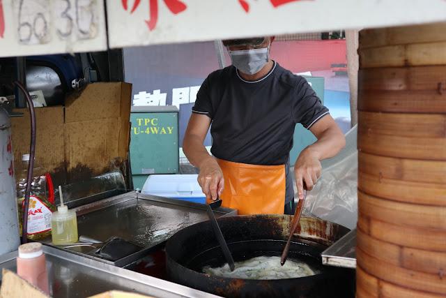 IMG 7712 - 【竹南美食】永貞路中華電信前的好吃蔥油餅,就連食尚玩家也推薦,當地人的最愛的下午點心,旁邊的餡之香也是一級棒!