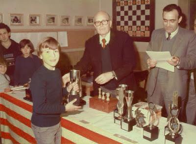 Michael Rahal recogiendo el trofeo del VIII Abierto Infantil 1983