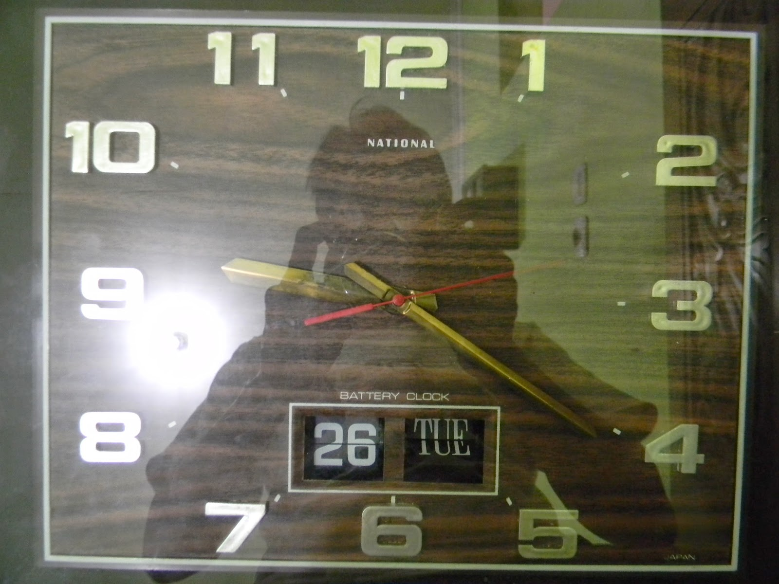 Jam dinding ini diproduksi thn 70-80an jam ini juga dilengkapi dgn hari dan  tanggal pengoperasiannya secara otomatis dgn menggunakan batere ukuran  sedang 6e362bef3c