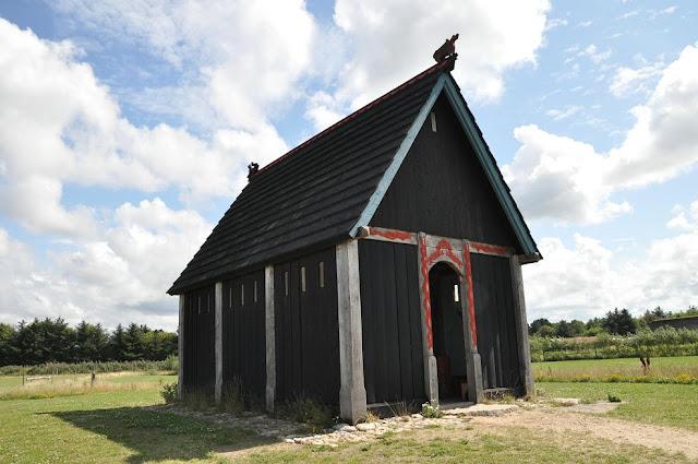 Rekonstrukcja kościoła słupowego w skansenie archeologicznym Bork Vikingehavn