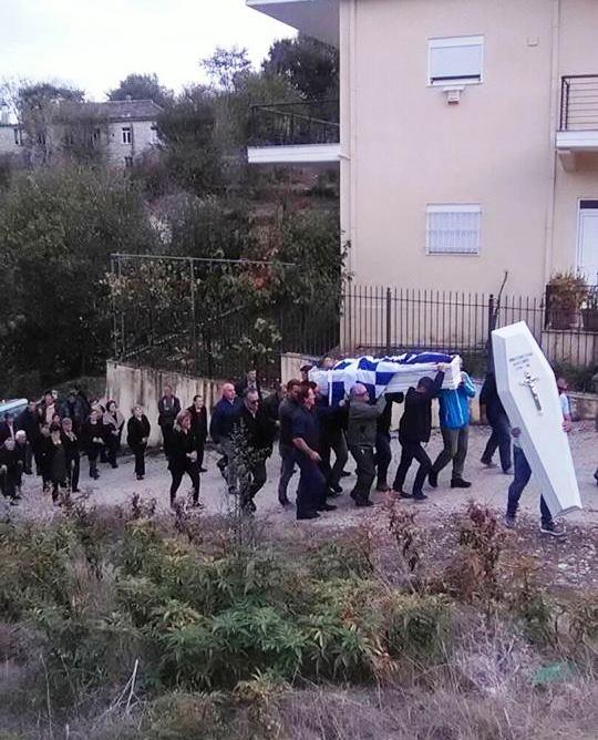 Στο πατρικό του τυλιγμένος με την Ελληνική σημαία ο Κωνσταντίνος Κατσίφας ff 2B 25281 2529