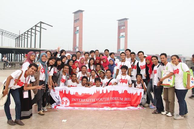 Robinson Sinurat beserta teman-teman Interfaith Youth Forum