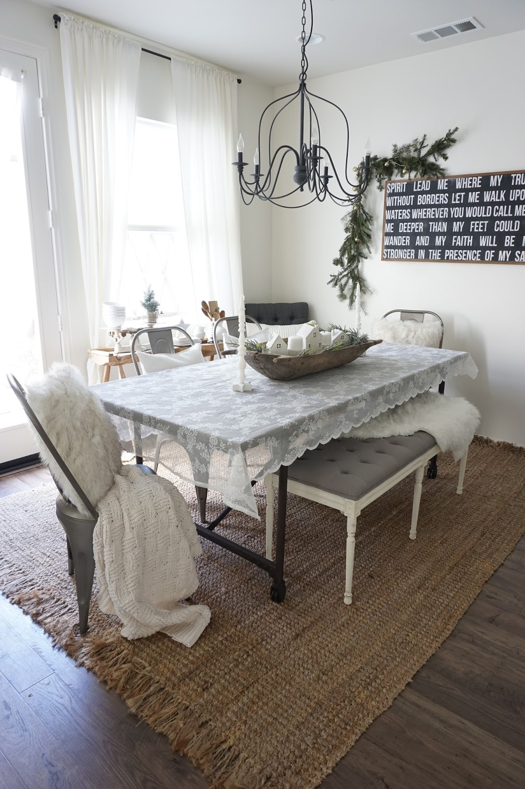 Cozy Dining Space: Cozy Cottage Winter Dining Room