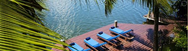 Chaises allongés face à a plage
