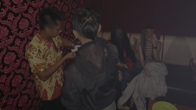 Viral Foto 'Hantu Pemandu Karaoke' yang Bikin Geger, Aslinya Bikin Ngakak