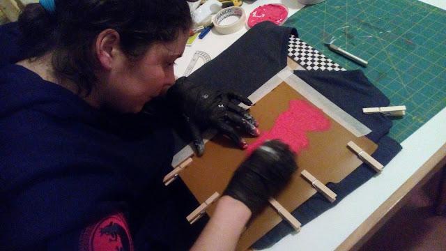 Estampando con la esponjita, los guantes y la tinta