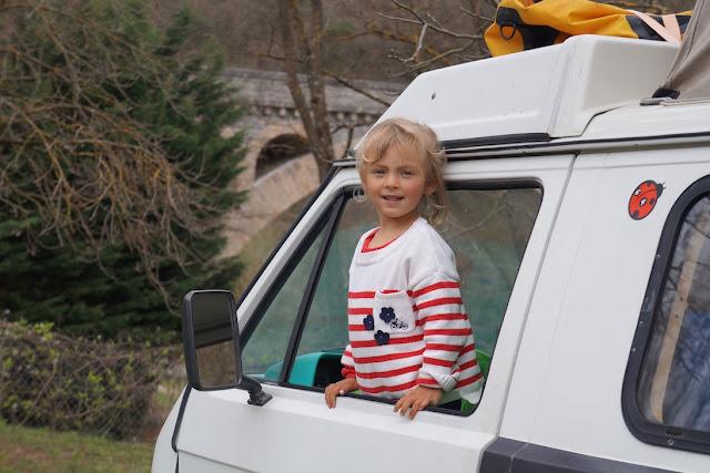 Enfant regardant par la fenêtre grande ouverte d'un petit utilitaire