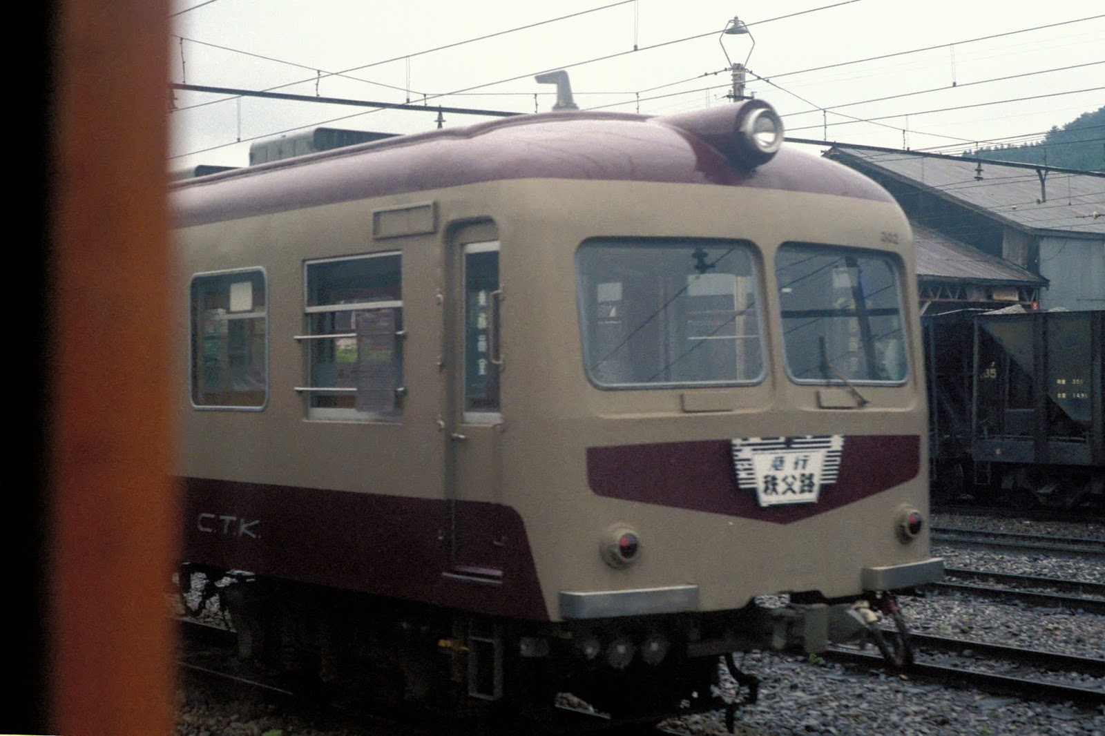 CTK_series300_301F_Deha302_at_Kagemori_stn_Aug_1986