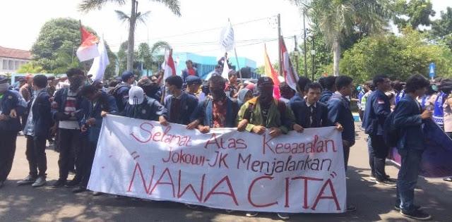 Mahasiswa Bengkulu Geruduk Kantor Gubernur, Ucapkan Selamat atas Kegagalan Jokowi