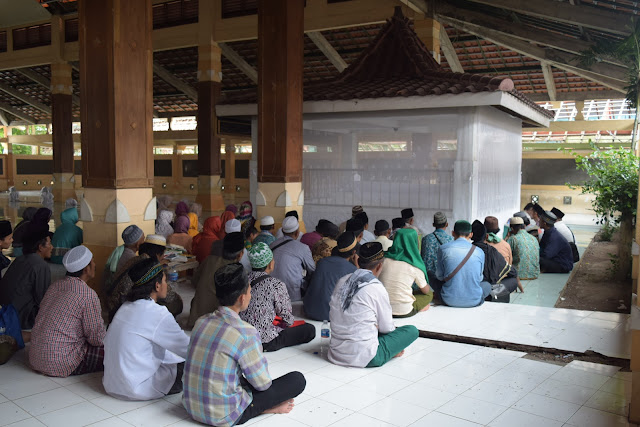 Makam Syekh Jumadil Kubro di Komplek Makam Tralaya