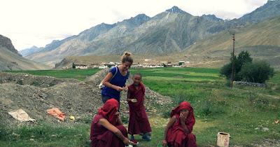 Isa junto a jóvenes tibetanos del proyecto
