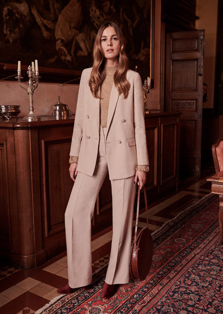 Светлый костюм с широкими брюками