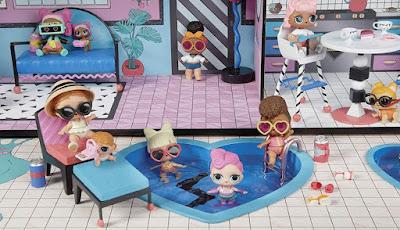 Куклы LOL Surprise купаются в бассейне в кукольном домике MGA