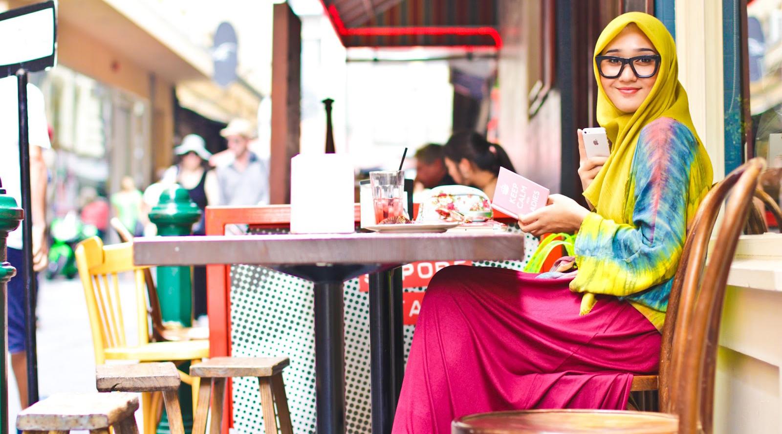 Liburan dan manis cewek cantik Hijab indonesia dian pelangi minum kopi di kafe