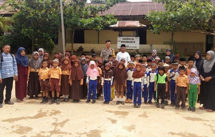 Aldo Berikan Motivasi pada Siswa-Siswi Ibtidaiyah Miftahul Huda Desa Engkersik