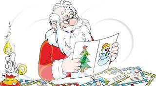 眼鏡を掛けてクリスマスカードを見ている老人サンタ