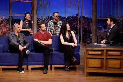 Os integrantes da Evanescence conversam com Danilo (Crédito: Gabriel Cardoso/SBT)