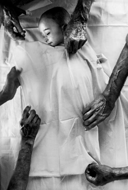zwłoki dziecka przygotowywane do pogrzebu