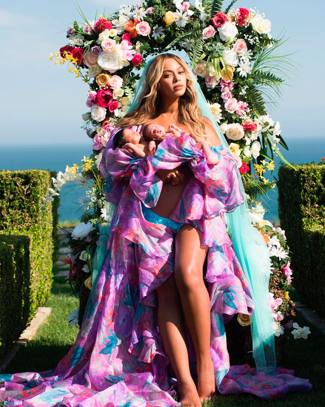 Primeira foto de Beyoncé com os filhos gêmeos (Imagem completa)