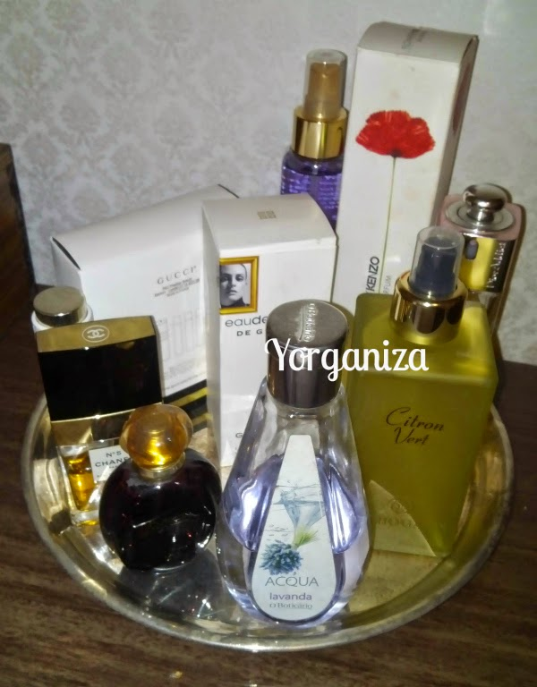 Vários frascos de perfume numa bandeja