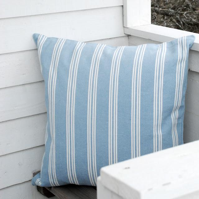 Skapa somrig Hamptons känsla med kuddar i New England stil.