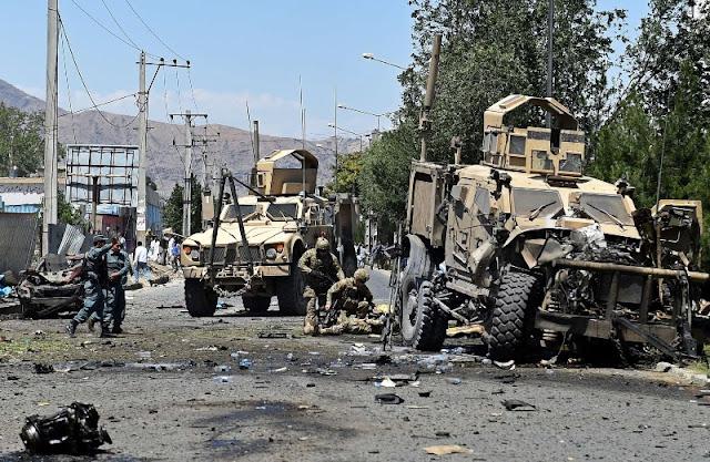 Um carro-bomba atingiu um comboio dinamarquês da missão militar da NATO na capital do Afeganistão.