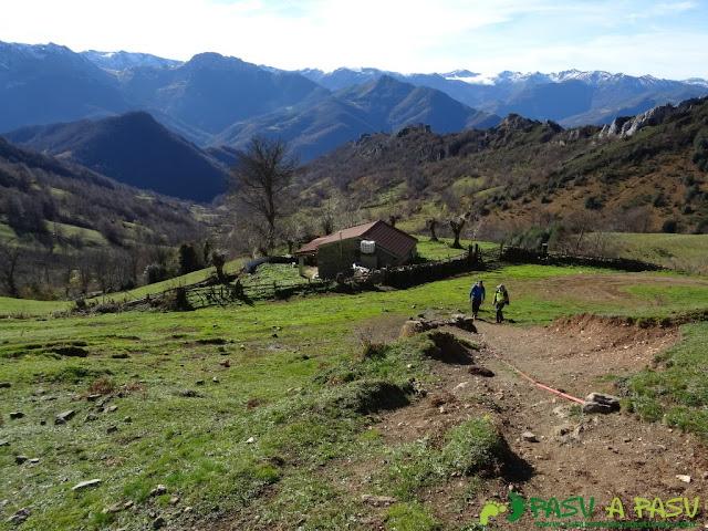 Ruta subiendo ladera Cuchu en Aller