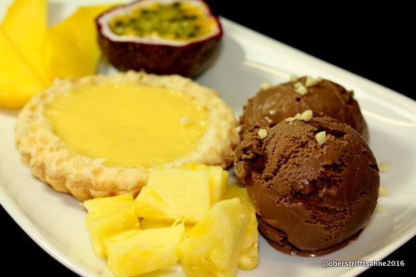 Schokoladeneis mit Blätterteigpastete mit Vanillecreme
