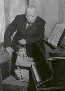 * Маленька Наташа з дідом біля рояля. Фото з сімейного альбому Наталі Паторжинського