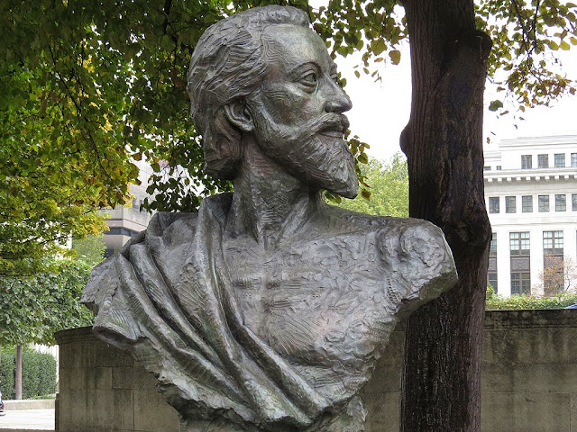 Bust of John Donne by Nigel Boonham, St Paul's Churchyard, City of London