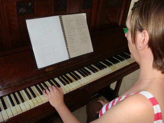 Edeltraut e o piano - cantando uma mesnagem de Páscoa