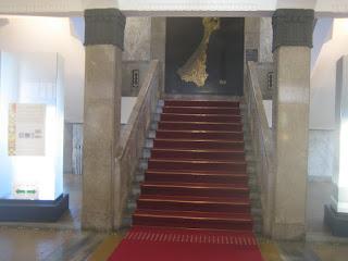 2階に上がる石階段