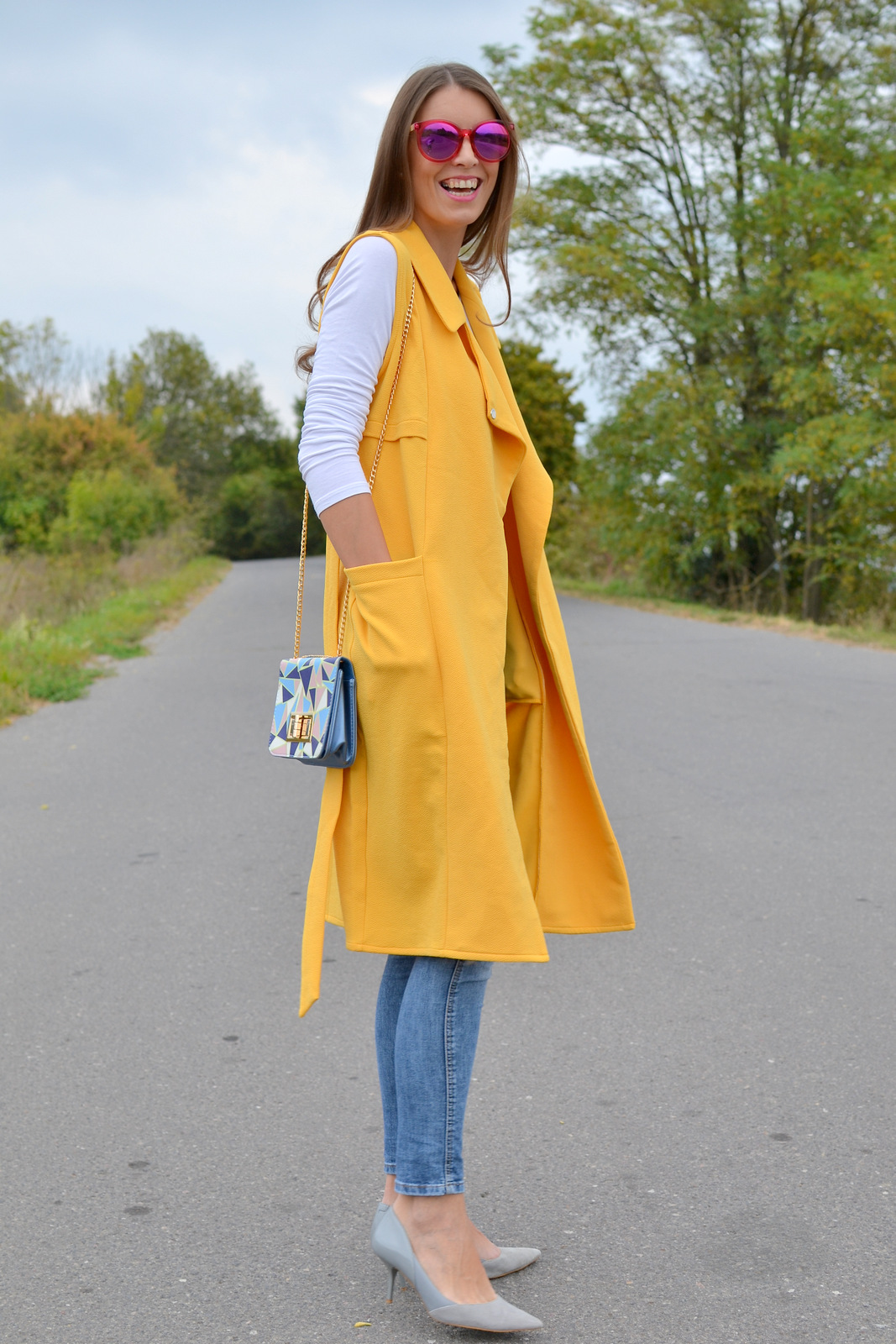 http://www.mademoiselleiva.com/2016/10/yellow-long-vest-geometric-pattern-bag.html