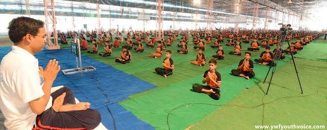 International Yoga Day Camp 2016 - Dera Sacha Sauda, Green S Welfare Force and Dera Sacha Sauda Shah Satnam Ji Educational Institute students performing yoga, डेरा सच्चा सौदा में आयोजित योग शिविर