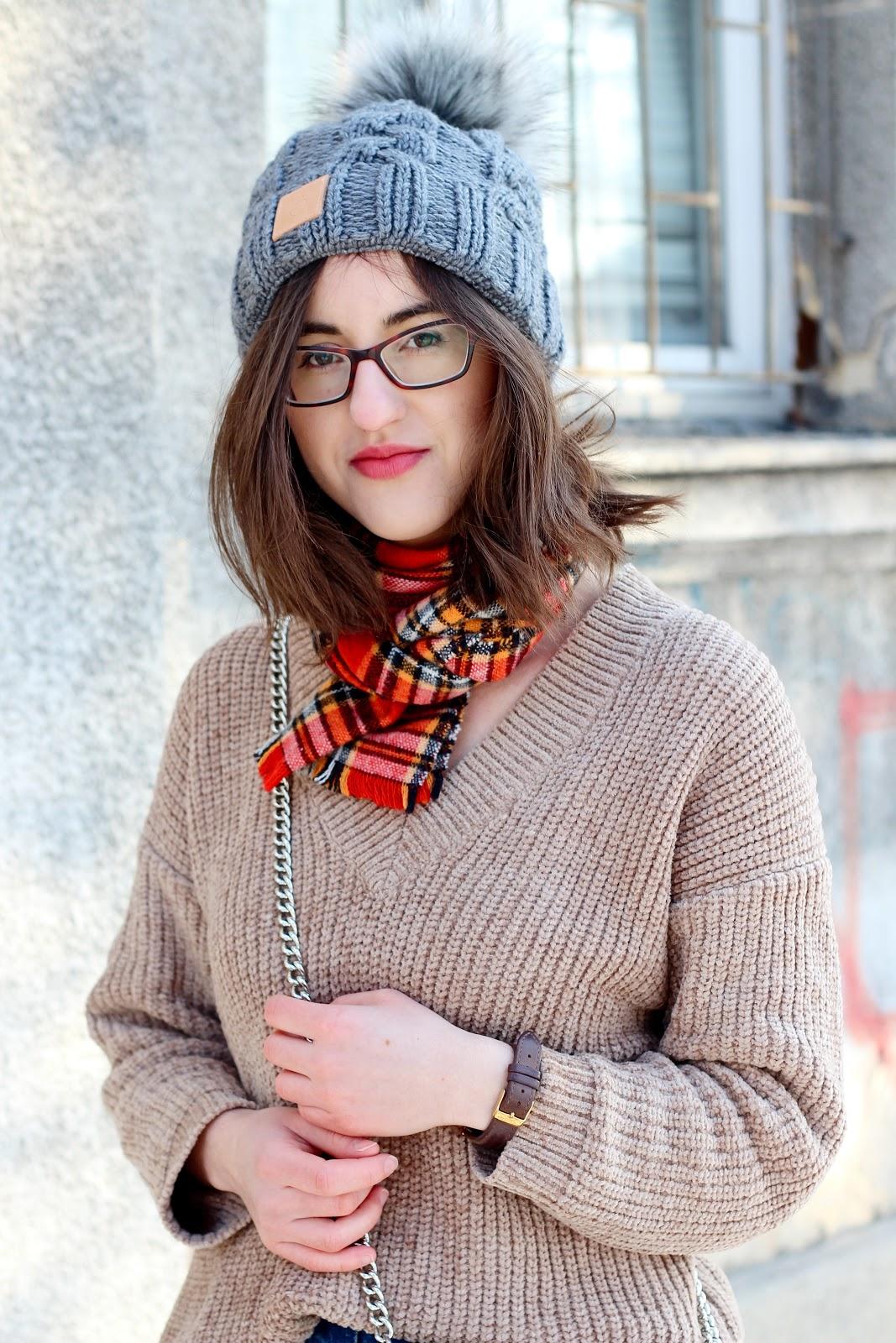 Beżowy sweter i czapka Pompoms