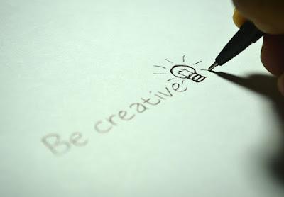 """Escribiendo """"be creative"""" sobre un papel"""