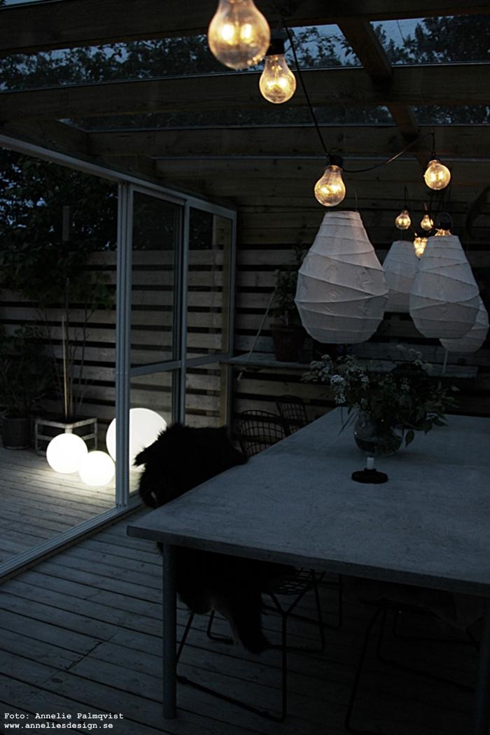moodlite, ljusboll, ljusbollar, inredning, lampa, lampor, uteplats, trädäck, trädäcket, dekoration, prydnad, trädgård, trädgården, altan, altanen, skjutdörr, skjutdörrar, betongbord, utemöbler, lanterna, lanternor, ljusslinga,