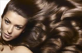 خلطات فعالة وآمنة لتنعيم الشعر وعلاج جفافه
