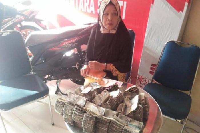 Viral! Ibu di Bone Beli Motor Dengan Sekarung Uang Rp.2000, Karyawan: Uang Dihitung Seharian
