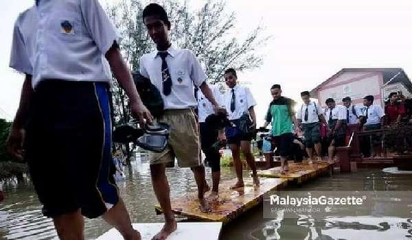 Menteri Pendidikan, Mahadzir Khalid Mencuba Laluan Yang Akan Digunakan Oleh Calon Peperiksaan SPM Di Kawasan Di Landa Banjir
