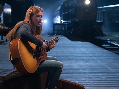 Katie cantando