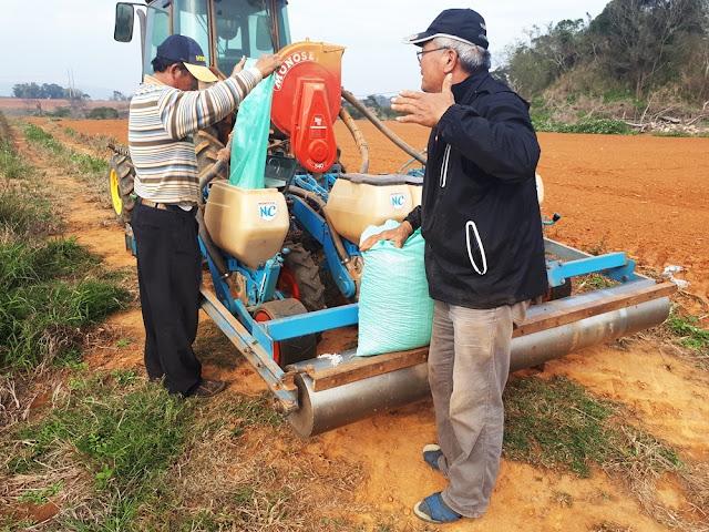 花生種植專業(左)、【菜脯埕】老闆楊挺寬(右),正在討論種植的細節