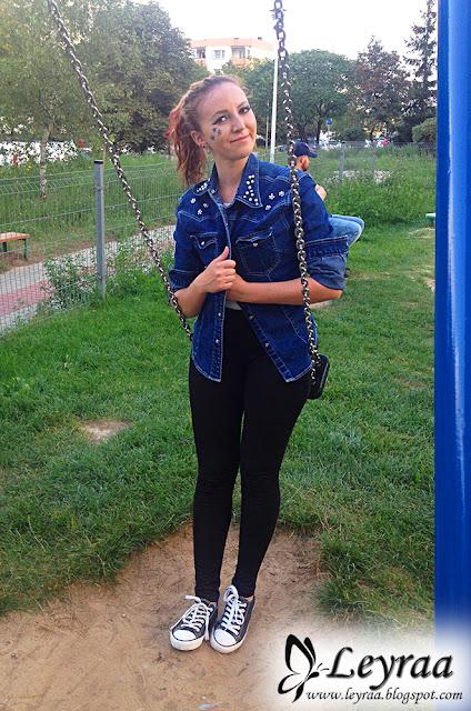 Jeansowa granatowa kurtka z perełkami, białe body, czarne tregginsy, czarne tenisówki, gwiazdki pod okiem malowane elinerem